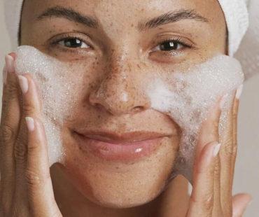 очищает лицо от макияжа